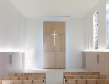 [5] Tageslicht, das von hinten einfällt, bringt die zarte kreuzförmige Öffnung an der Stirnseite der Halle zum Leuchten
